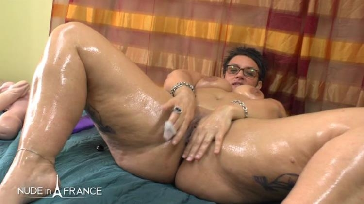 BBW mature Kelly heating up by masturbating and spreading massage oil before getting her ass fisted plugged and creamed - Kelly | Nudeinfrance | 2017 | HD | 553 MB