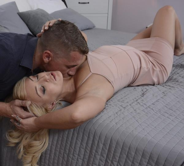 UK blonde sloppy blowjob and squirt - Amber Deen | DaneJones, SexyHub | 2018 | HD | 496 MB